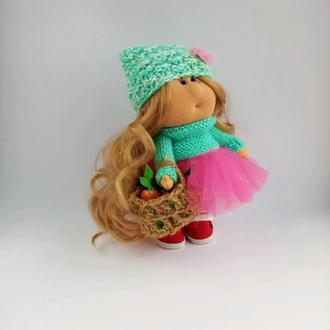 Кукла тильда интерьерная держит плетеное лукошко с фруктами