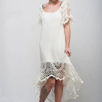 Белое вязаное ажурное миди платье с ассиметричным низом