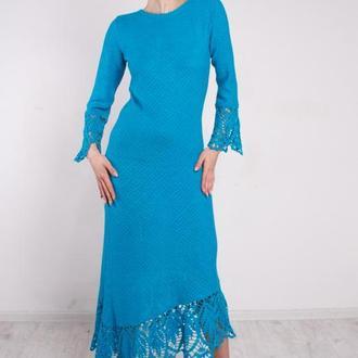 Бирюзовое трикотажное макси платье с ажурной ассиметричной каймой