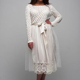 Белое трикотажное вечернее платье с ажурной каймой и фатиновой юбкой