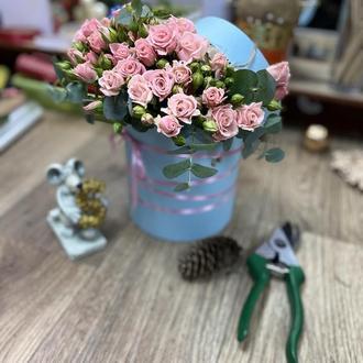 Коробка з квітами та макаронами