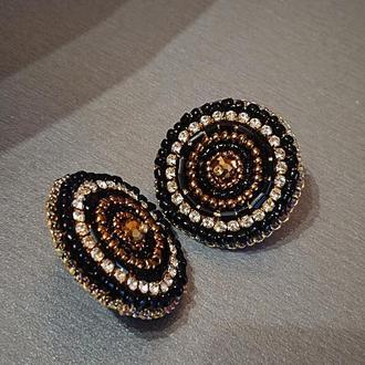 Сережки гвоздики в золотом и черном цвет