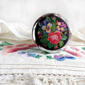 """Зеркальце карманное с вышивкой """"Викторианский букет"""""""