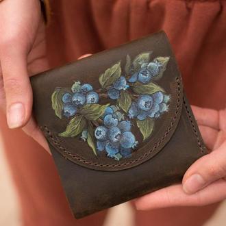 Коричневый маленький кожаный кошелек с росписью голубика или тиснением