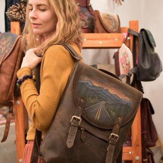 Большой коричневый кожаный рюкзак с росписью под ноутбук
