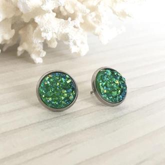 Серьги гвоздики с зеленым камнем