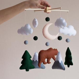 Мобиль для новорожденного 🌲 Лесной медведь с ёлками и горами (коричневый)