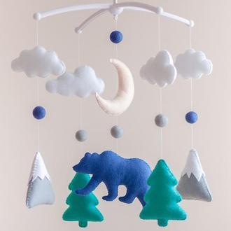 Мобиль для новорожденного Лесной медведь с ёлками и горами (синий)
