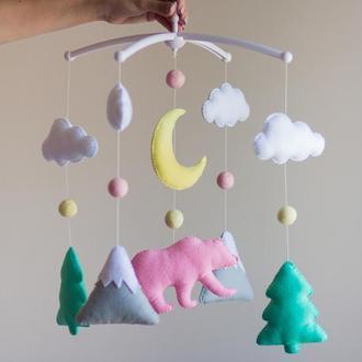 Мобиль для новорожденного ☀️ Лесной медведь с ёлками и горами (розовый)