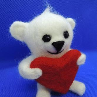 Игрушка белый мишка с сердечком валяный из шерсти