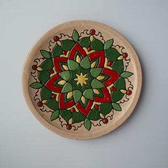 Керамическая тарелка с орнаментом