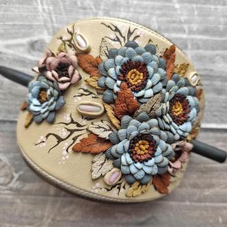 Заколка для волос из натуральной кожи с цветочным декором и кораллами