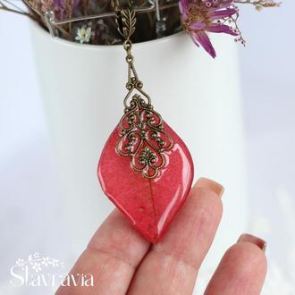 Яркая красная подвеска из листьев дикого винограда