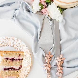 Приборы для свадебного торта Листики. Нож и лопатка в золотисто-розовом цвете