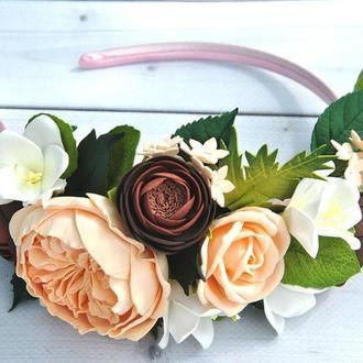 Обруч с персиковой пионовидной розой ранункулюсами и белыми фрезиями Ободок с цветами
