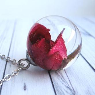 Кулон ручной работы с алой розой