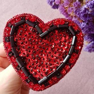 Красная брошь брошка из бисера и пайеток Сердце