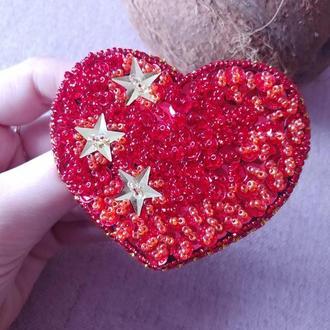 Яркая брошь брошка из бисера и пайеток Сердце