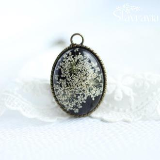 Винтажный овальный черный кулон с белыми сухими цветами в эпоксидной смоле • подарок маме