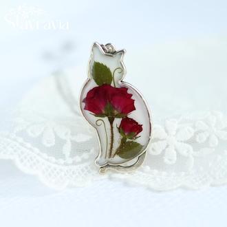 Підвіска Мрійлива кішка зі справжньою квіткою червоною трояндою на білому фоні • подарунок коханій