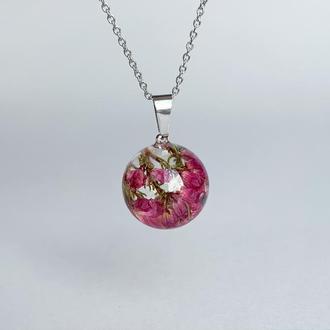 Подвеска-сфера с вереском. Украшения из цветов. Малиновый кулон (модель № 2517) Glassy Flowers