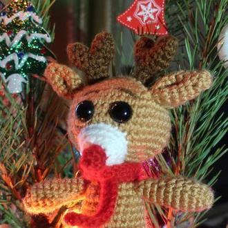 Вязанная игрушка - красноносый оленюшка