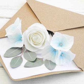 Шпильки для волос с голубыми и белыми цветами невесте  /  Гортензии, розы и эвкалипт в прическу