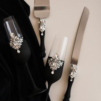 Набор на свадьбу Волшебная ночь. Бокалы и приборы для свадебного торта в черном цвете с декором