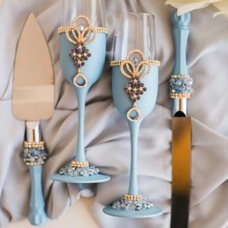 Свадебный набор Королевский голубой. Бокалы и приборы для свадебного торта в голубом цвете с декором