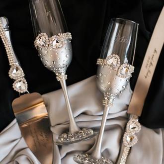 Набор на свадьбу Кристальное сердце. Фужеры и приборы для свадебного торта в серебряном цвете