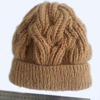 Женская шапка спицами бежевого цвета