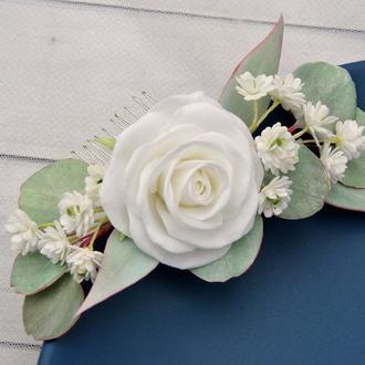 Гребешок для волос с белой розой гипсофилой и листвой эвкалипта