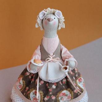 Мышка- хозяйка с плюшкой и чаем