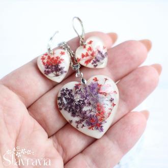 Набор серьги и кулон в форме сердца с красными и фиолетовыми растениями
