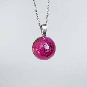 Подвеска-сфера с розой. Украшения из цветов. Малиновый кулон розочка (модель № 2521) Glassy Flowers