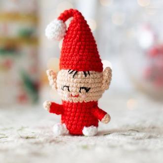 Маленький гном в красном, вязаная игрушка крючком ,амигуруми