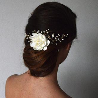 Украшение в прическу с цветком гардении жемчугом и кристаллами