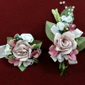 Свадебные бутоньерки для свидетелей пудровые с белым и розовым(бутоньерка и цветочный браслет)