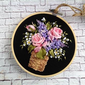 Корзина троянд і бузку у мініатюрі вишита стрічками