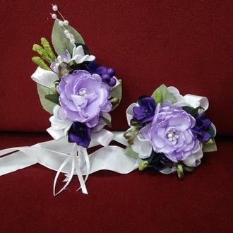 Свадебные бутоньерки для свидетелей (бутоньерка и цветочный браслет) сиреневые с белым и фиолетовым