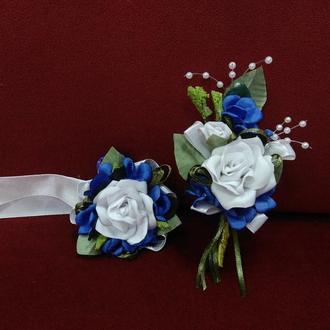 Свадебные бутоньерки для свидетелей белые с синим