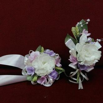 Свадебные бутоньерки для свидетелей (бутоньерка и цветочный браслет) айвори с сиреневым и розовым