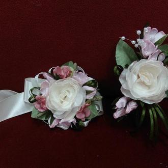 Свадебные бутоньерки для свидетелей (бутоньерка и цветочный браслет) из пиона молочные с розовым
