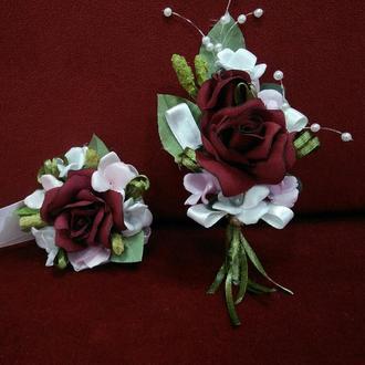 Свадебные бутоньерки для свидетелей (бутоньерка и цветочный браслет)бордовые с белым и розовым
