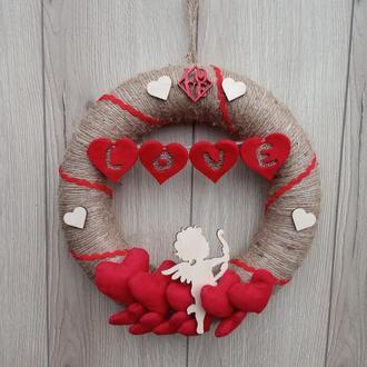 ВІнок на двері, стіну, задекорований червоними серцями до дня Валентина