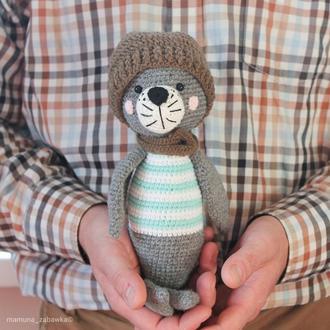 Игрушка мягкая вязаная тюлень в шапке подарок мальчику на день рождения