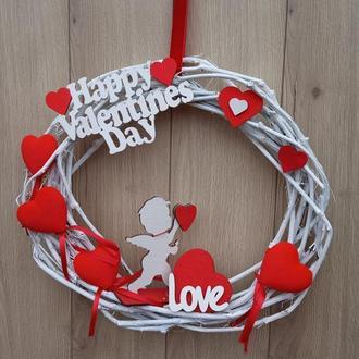 Венок, задекорированный красными сердцами к дню Святого Валентина.
