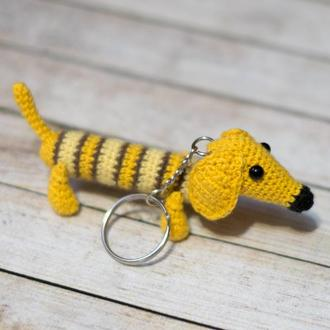 Вязаный брелок собака такса