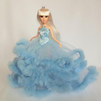 Принцесса с белыми волосами в длинном голубом платье-облако
