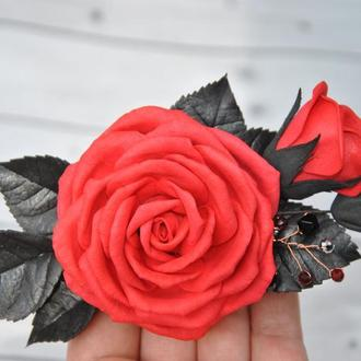 Заколка с красной розой черными листьями Украшение в волосы в готическом стиле